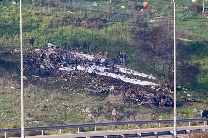 На месте крушения самолета F-16, сбитого с территории Сирии, 10 февраля 2018 года