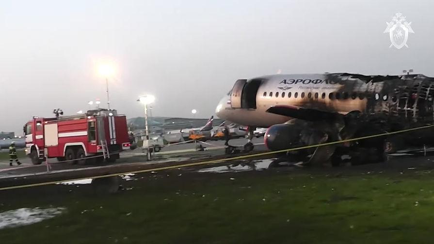 Фюзеляж самолета Sukhoi Superjet 100 авиакомпании «Аэрофлот» на следующий день после катастрофы в аэропорту Шереметьево, 6 мая 2019 года