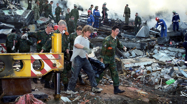 Спасатели и техника расчищают завалы на месте взрыва жилого дома на улице Гурьянова, 9 сентября 1999 года