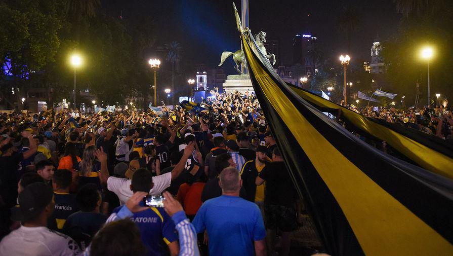 Жители Буэнос-Айреса у дворца Каса Росада в центре города, 26 ноября 2020 год