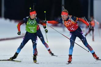 Слева направо: Евгений Устюгов (Россия), Алексей Волков (Россия) на дистанции эстафетной гонки в соревнованиях по биатлону среди мужчин