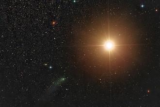 Комета на угловом расстоянии 1 градус от Марса, снятая астрономом Дамианом Пичем