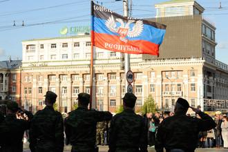 Представители ополчения Донецкой народной республики (ДНР) во время репетиции парада Победы в Донецке