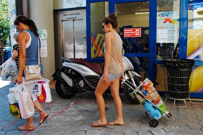 Горожане у магазина в Афинах