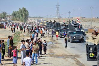 Местные жители и бронетехника федеральных войск Ирака в Киркуке, 16 октября 2017 года