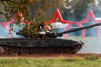 Танк Т-90А во время демонстрационного показа военной техники на полигоне Алабино на Международном военно-техническом форуме «АРМИЯ-2016»