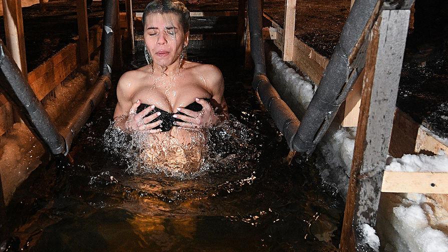 Девушка во время крещенского купания в московском парке «Сокольники», 18 января 2017 года