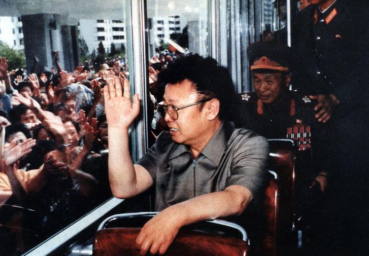 Ким Чен Ир в поезде и жители Северной Кореи за окном, 1975 год