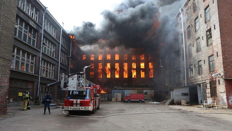 Пожар в здании «Невской мануфактуры» на Октябрьской набережной в Санкт-Петербурге, 12 апреля 2021 года