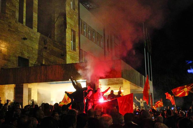 Протестующие во время штурма здания парламента Македонии в Скопье, 27 апреля 2017 года