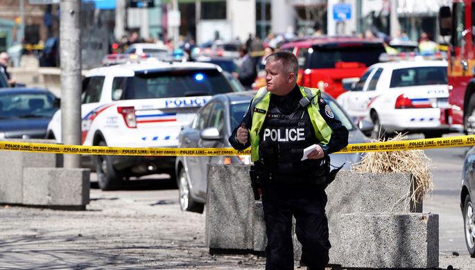 Полиция на месте наезда микроавтобуса на пешеходов в канадском городе Торонто, 23 апреля 2018 года