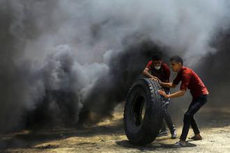 Во время столкновений между палестинцами и израильскими войсками в секторе Газа, 14 мая 2018 года