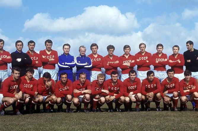 Сборная команда СССР по футболу. Пятый слева- тренер Алексей Парамонов, 1979 год