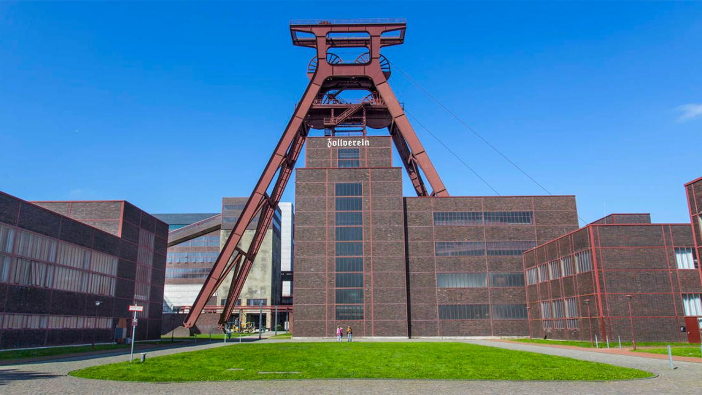 Старая угольная шахта Цольферайн в городе Эссен, Германия