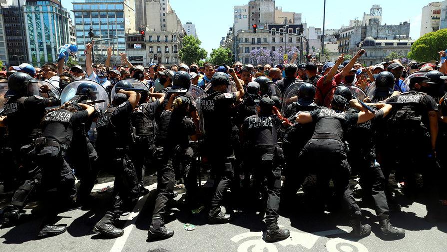 Столкновения с полицией на улицах Буэнос-Айреса во время церемонии прощания с Диего Марадоной в президентском дворце, 26 ноября 2020 года