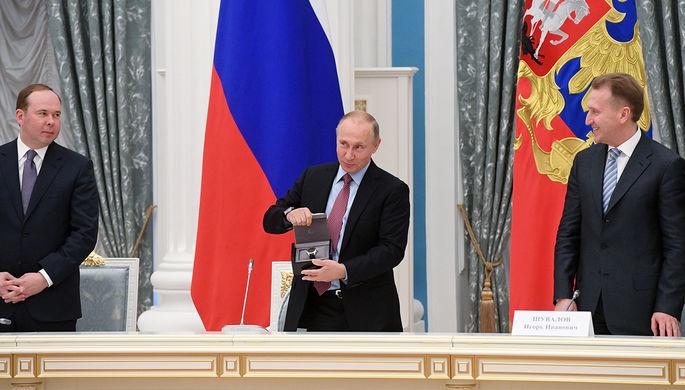 Президент России Владимир Путин поздравляет с днем рождения главу ВТБ Андрея Костина во время встречи с представителями российских деловых кругов и объединений, 21 сентября 2017 года