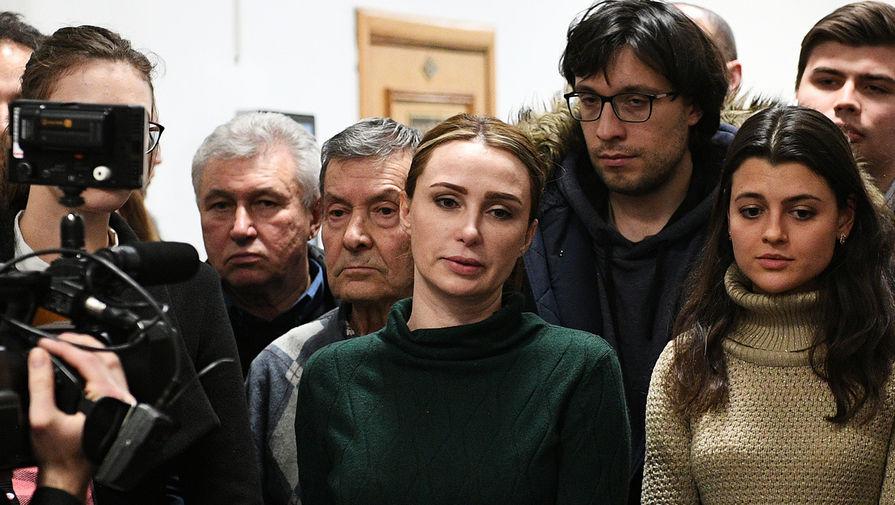 Супруга бывшего главы Серпуховского района Подмосковья Александра Шестуна Юлия (в центре)