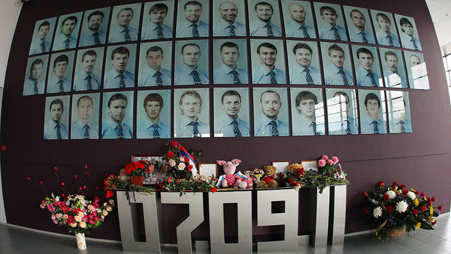 Мемориальная стена в память о членах хоккейного клуба «Локомотив»