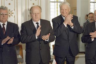 Президент Украины Леонид Кравчук, председатель Верховного Совета Белоруссии Станислав Шушкевич и президент России Борис Ельцин в Беловежской пуще после подписания Соглашения о создании Содружества независимых государств, 8 декабря 1991 года