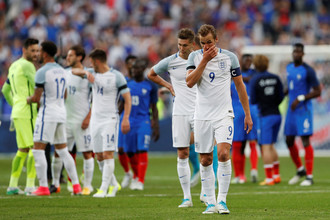 Футболисты сборной Англии (в белой форме)