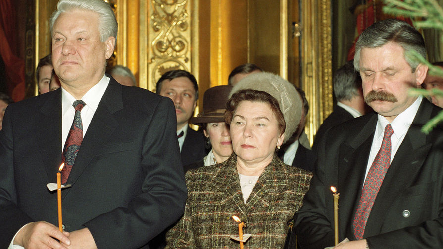 Президент России Борис Ельцин с супругой Наиной и вице-президент Александр Руцкой на рождественском богослужении, 1993 год
