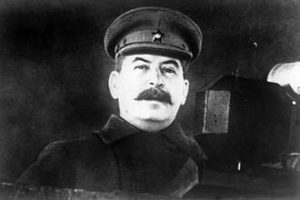 Иосиф Сталин, председатель Государственного комитета обороны СССР выступает с речью на военном параде на Красной площади 7 ноября 1941 года.