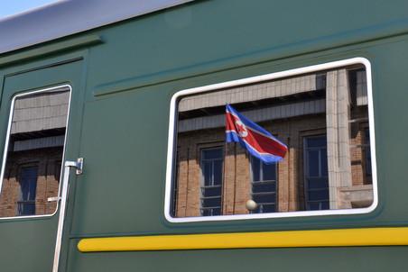 К приезду Ким Чен Ира на станции вывесили флаг Северной Кореи