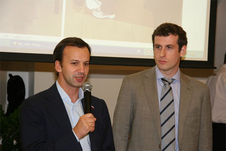 Илья Левитов (справа) и Аркадий Дворкович откроют Мемориал Таля