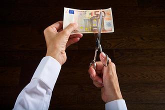 Восстанавливать экономику предполагается с помощью урезания зарплат госслужащим
