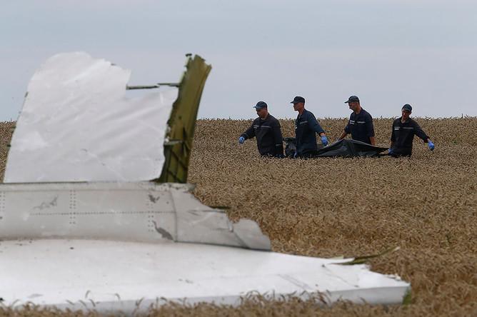 Члены МЧС Украины на месте крушения самолета Boeing 777 в Донецкой области