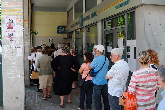 Горожане у отделения банка в Афинах