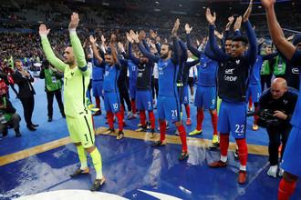 Футболисты сборной Франции празднуют выход в финальную часть чемпионата мира — 2018