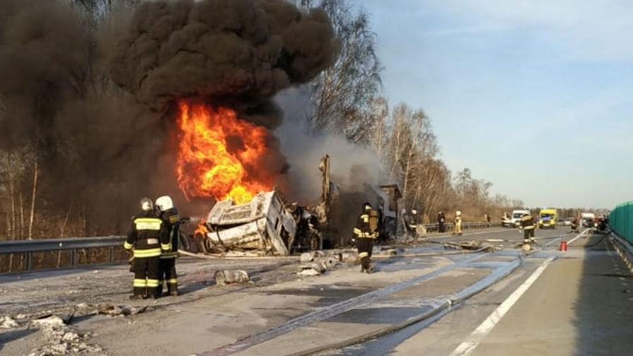 Во время ликвидации возгорания грузовых автомобилей, попавших в ДТП на Сибирском тракте, 3 мая 2021 года