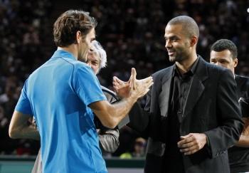 Французская звезда НБА Тони Паркер поздравляет Роже Федерера с выигрышем парижского «Мастерса»