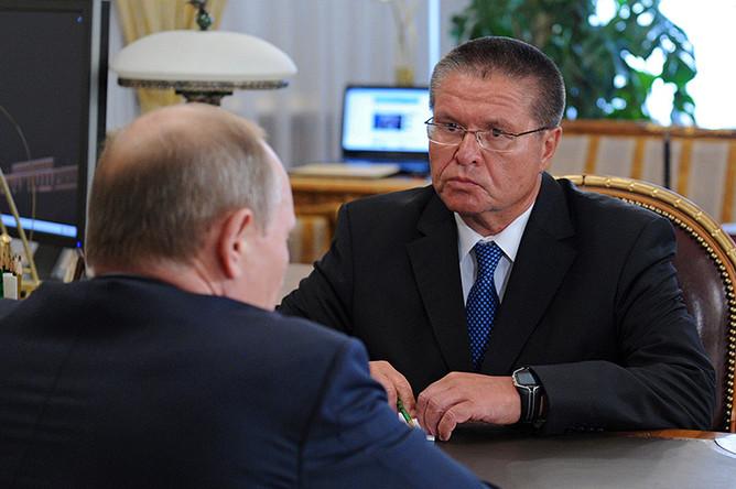 Президент России Владимир Путин во время встречи в Ново-Огарево с Алексеем Улюкаевым, назначенным министром экономического развития, 24 июня 2013 года