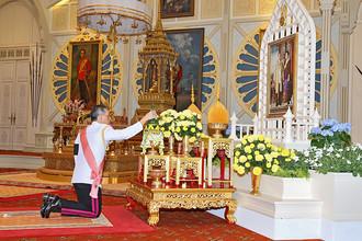 Новый король Таиланда Маха Вачиралонгкорн отдает дань уважения скончавшемуся в октябре королю Пхумипону Адульядету