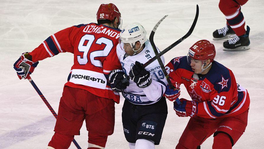 Игорь Ожиганов и Андрей Кузьменко сражаются с игроком «Динамо» Денисом Кокаревым.
