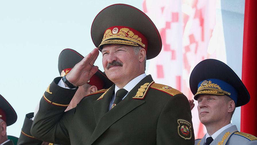 Александр Лукашенко наблюдает за военным парадом в Минске в День независимости Белоруссии, 2013 год
