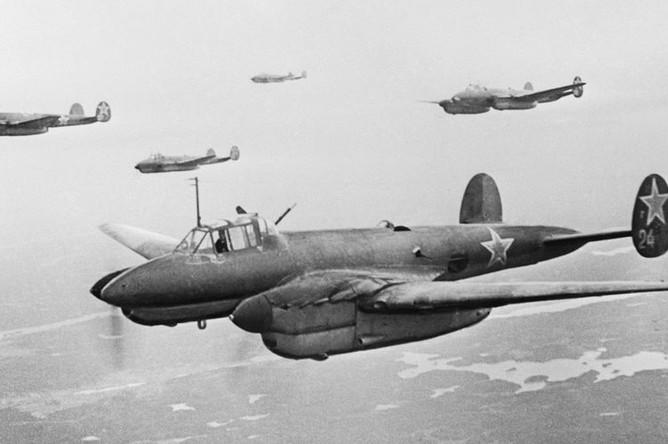 Советские бомбардировщики Пе-2 летят на очередное задание, 1944 год