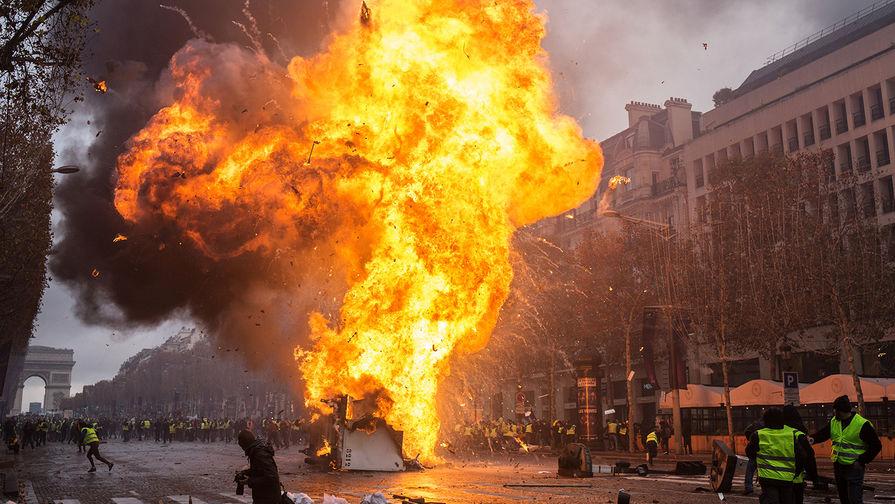 Столкновение участников акции протеста против роста цен на бензин («желтых жилетов») с полицией в Париже, ноябрь 2018 года