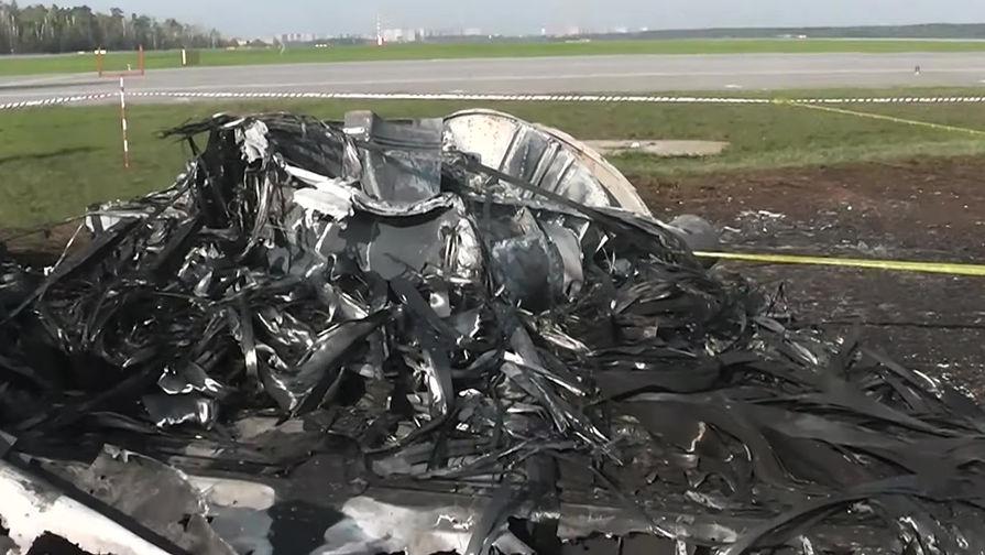 Фрагменты самолета Sukhoi Superjet 100 авиакомпании «Аэрофлот» на следующий день после катастрофы в аэропорту Шереметьево, 6 мая 2019 года