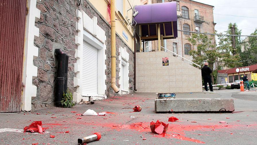 «Проходила акция»: радикалы напали на офис Медведчука