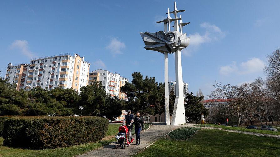 Памятник космонавту Юрию Гагарину скульптора Вячеслава Яковлева в парке имени Ю. А. Гагарина в Севастополе. Памятник был открыт в 1986 году в честь 25-летия первого полета человека в космос