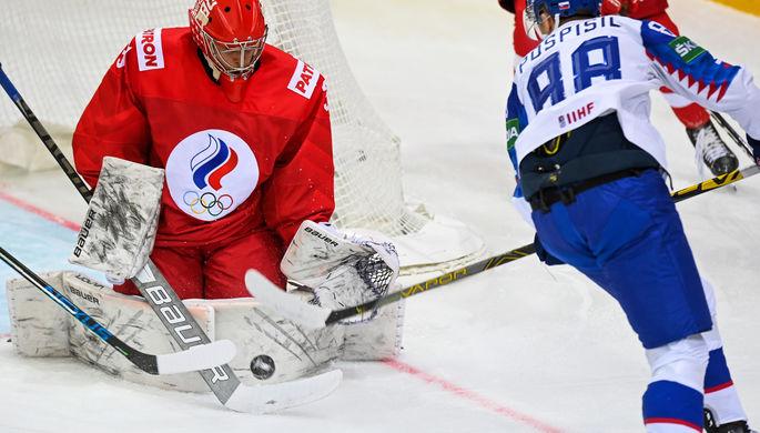 Слева направо: вратарь Александр Самонов (Россия) и Кристиан Поспишил (Словакия) в матче группового этапа чемпионата мира по хоккею 2021 между сборными командами Словакии и России, 24 мая 2021 года
