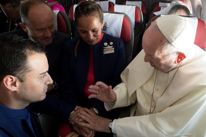 Папа Римский Франциск после венчания бортпроводника и бортпроводницы на борту самолета по пути из Сантьяго в Икике в Чили, 18 января 2018 года