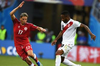 Нападающий сборной Перу и московского «Локомотива» Джефферсон Фарфан (справа)