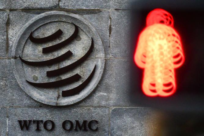 Эмблема Всемирной торговой организации (ВТО) возле здания штаб-квартиры организации в Женеве, февраль 2019 года