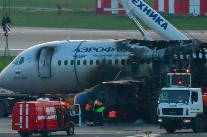 На месте крушения самолета Sukhoi Superjet 100, следовавшего рейсом «Аэрофлота» SU1492 из Москвы в Мурманск, в аэропорту Шереметьево, 6 мая 2019 года