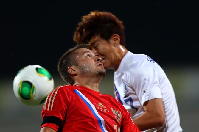 Виктор Файзулин в борьбе за верховой мяч.