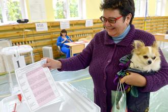 Жительница Москвы голосует на выборах в Московскую городскую Думу